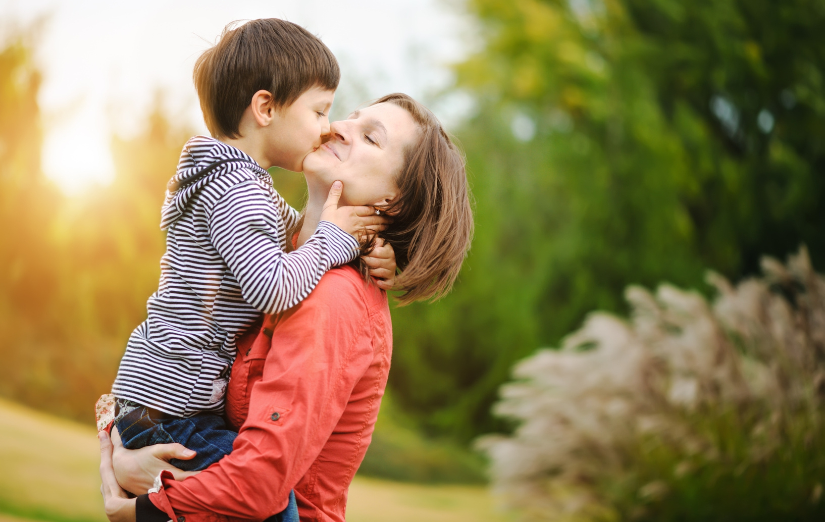 Фото дети целуют маму