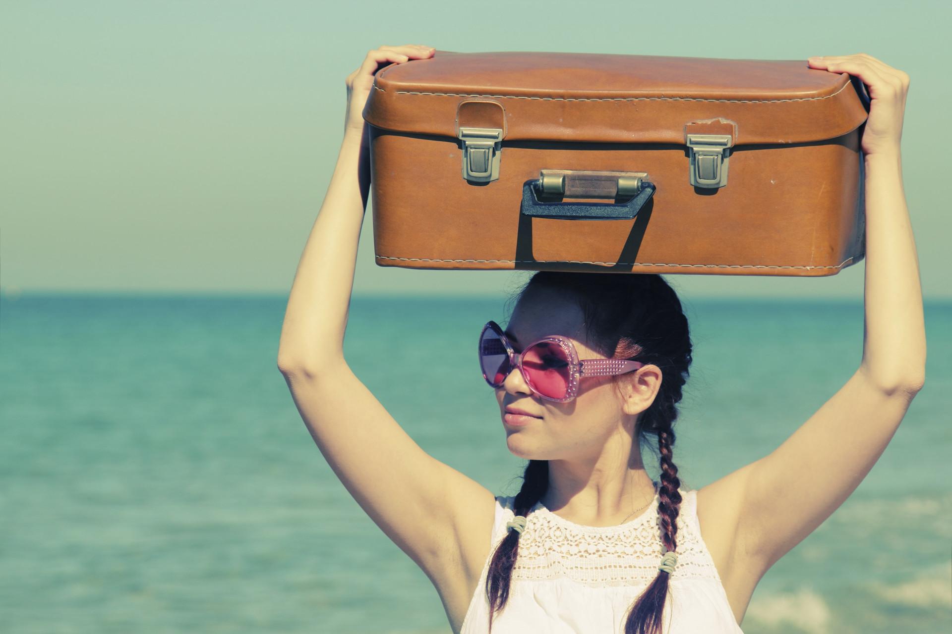 фото с чемоданом на море происходит
