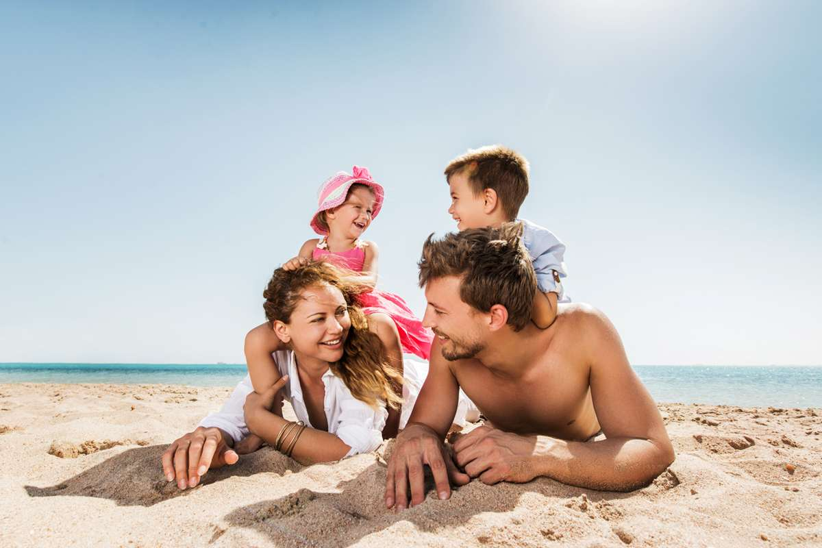 Счастливая семья на отдыхе картинки